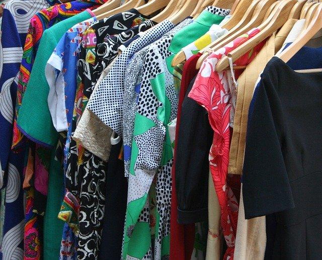sukienki w szafie na wieszakach